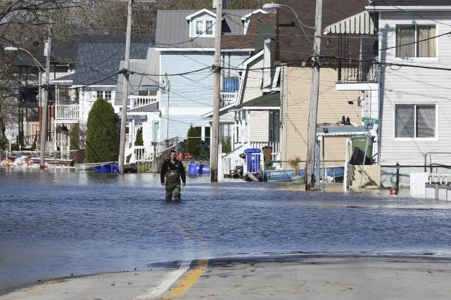 L'eau se retire lentement des rues Saint-Louis et... (Le Droit, Patrick Woodbury)