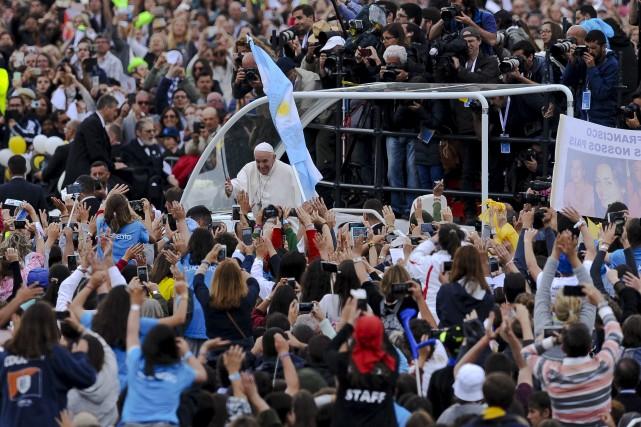 Le pape François a été accueilli par une... (AP, Paulo Duarte)