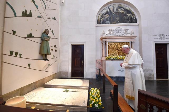 Le pape François s'est recueilli sur les tombes... (PHOTO AFP/SERVICE DE PRESSE DU VATICAN)