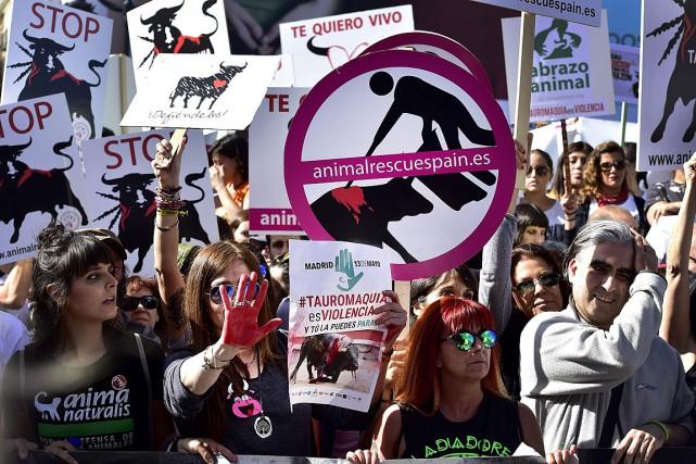 Des manifestants ont protesté contre la tauromachie dans... (PHOTO GERARD JULIEN, AGENCE FRANCE-PRESSE)