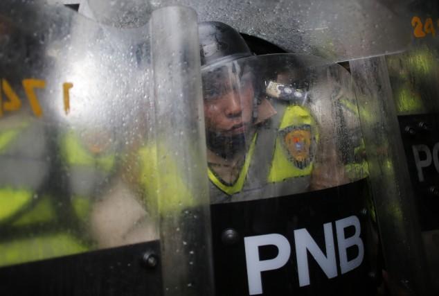 Des policiers ont été encerclés au cours d'une... (AP)