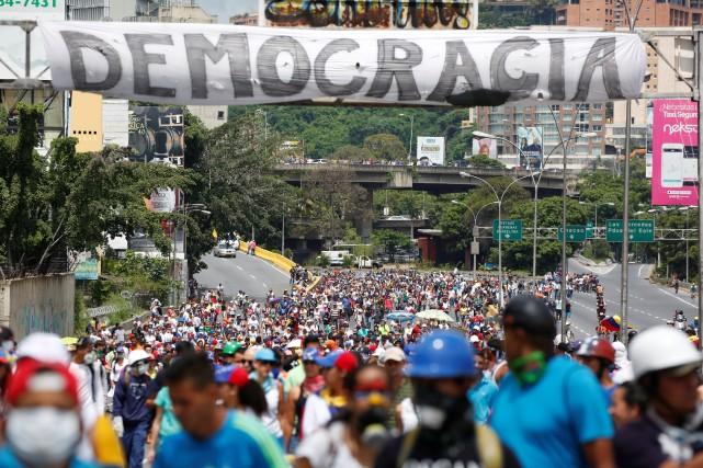 Le Venezuela est secoué par une vague de... (Photo Carlos Garcia Rawlins, REUTERS)