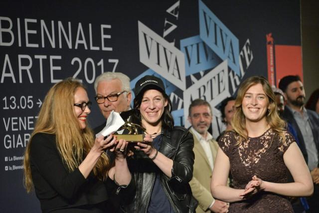 Anne Imhof, au centre,a déjà exposé à Paris... (Photo Andrea Merola, AP)