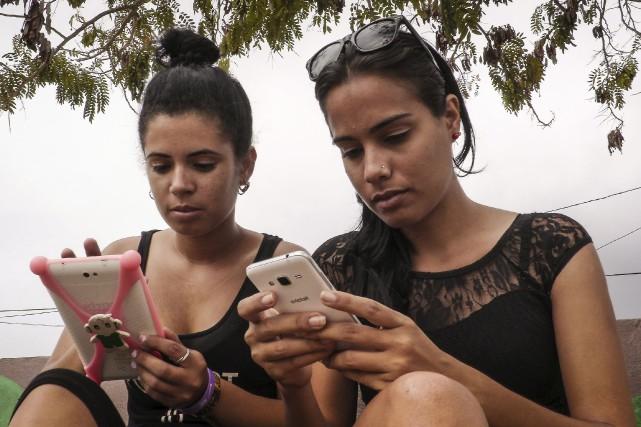 À Cuba, l'accès à Internet est cher et... (AFP, Adalberto Roque)