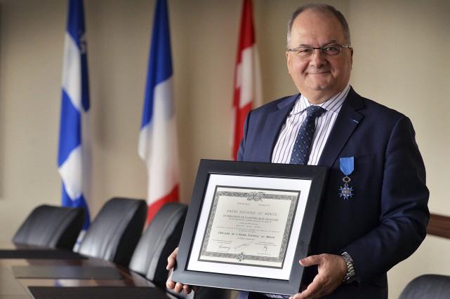 Alain Aubut montre avec fierté le certificat et... (Le Soleil, Patrice Laroche)