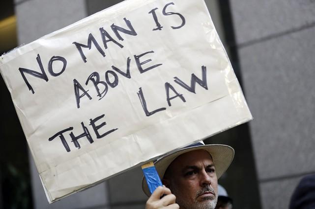 Plusieurs personnes sont sorties dans les rues depuis... (Photo Marcio Jose Sanchez, archives AP)