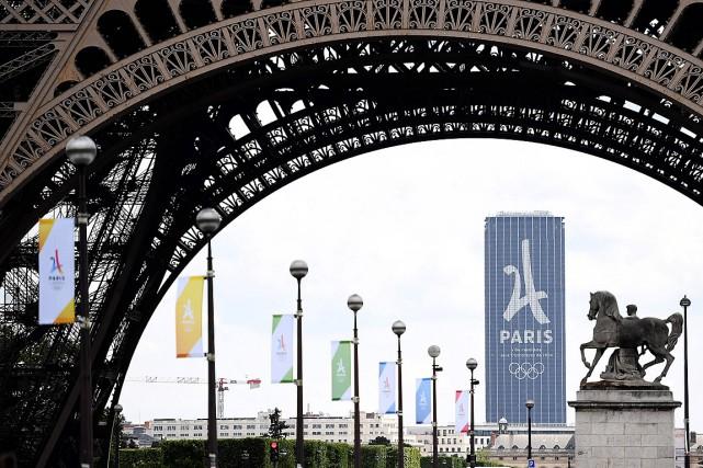 Le logo de Paris2024 apparaît sur la tour... (PHOTO FRANCK FIFE, AGENCE FRANCE-PRESSE)