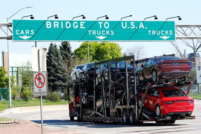 Un camion transporte des voitures en direction de... (PHOTO REBECCA COOK, ARCHIVES REUTERS)