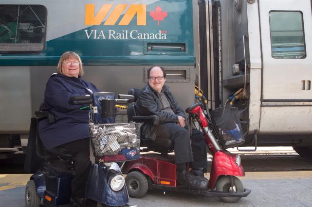 Un couple de Torontois qui se déplacent en... (La Presse canadienne, Chris Young)