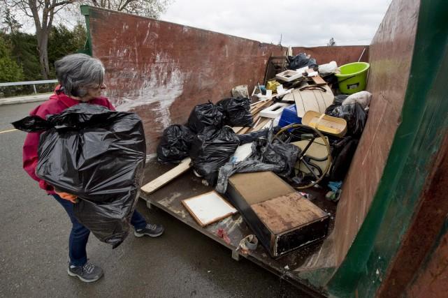 Des conteneurs ont été placés dans les secteurs... (Martin Roy, Le Droit)
