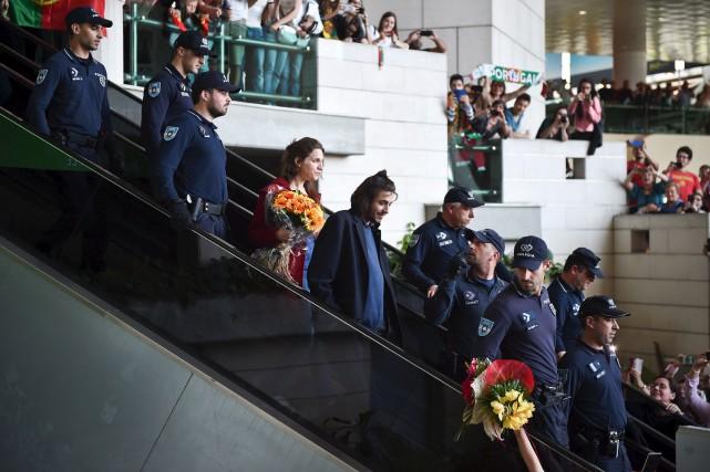 Salvador Sobral (au centre) a été accueilli en... (AFP, Patricia De Melo Moreira)