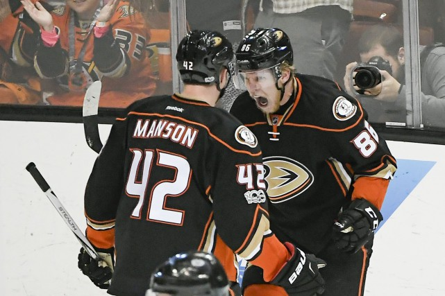 Ondrej Kase (86) et Josh Manson (42)... (Photo Kelvin Kuo, USA TODAY Sports)