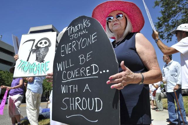 Des militants contre la réforme du système de... (AP, Bruce Lipsky)