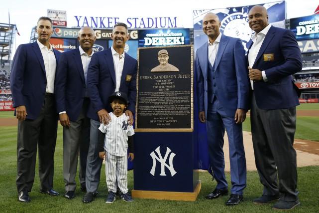 Derek Jeter, deuxième à droite, avec ses anciens... (Photo Kathy Willens, AP)