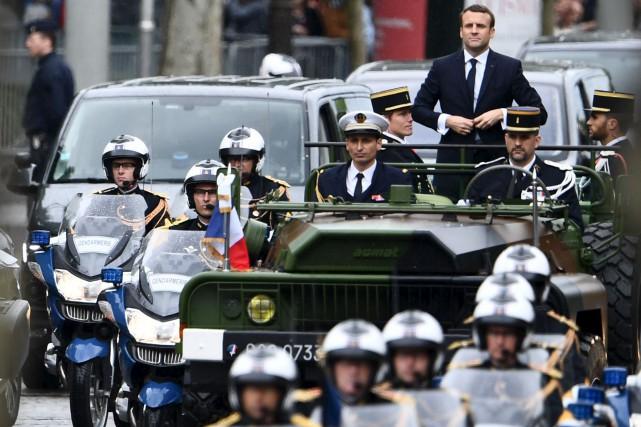 Le président français Emmanuel Macron a paradé sur... (AFP, Martin Bureau)