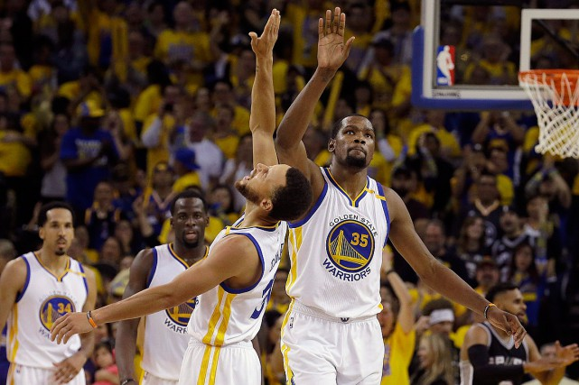 Stephen Curry et Kevin Durant (35)... (PHOTO Jeff Chiu, ASSOCIATED PRESS)