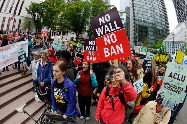 Des manifestants ont protesté contre le décret migratoire... (PHOTO Ted S. Warren, ASSOCIATED PRESS)