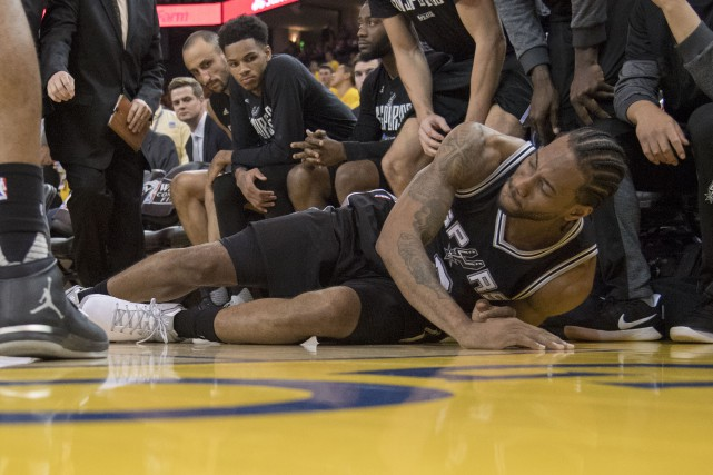 Kawhi Leonard s'est tordu la cheville gauche en retombant... (Photo Kyle Terada, USA Today Sports)