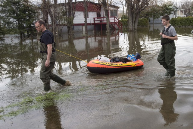 Des citoyens sont inquiets, car leurs contrats d'assurance... (La Presse canadienne, Ryan Remiorz)