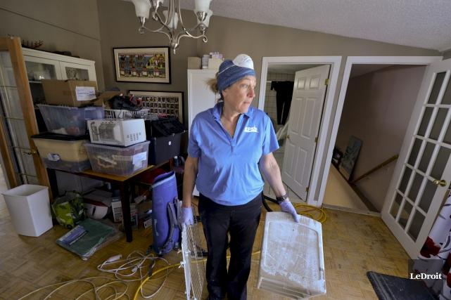 Madeleine Bastien aborde sa corvée de nettoyage une... (Martin Roy, Le Droit)