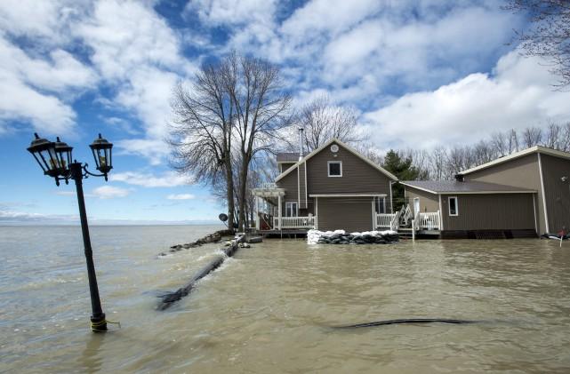 Une propriété inondée par le lac Saint-Pierre à... (Archives La Presse Canadienne)