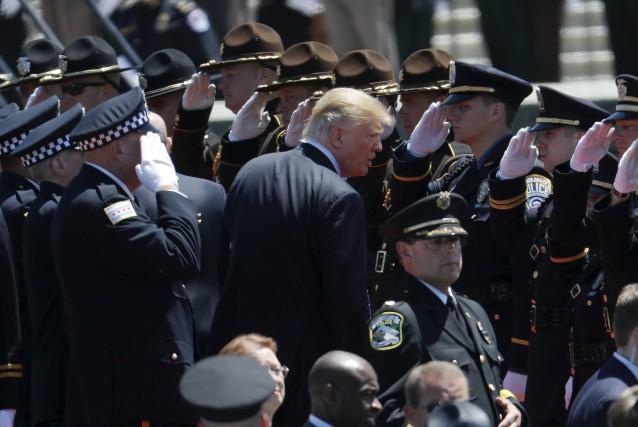 Donald Trump est salué par la Garde d'honneur... (AP, Pablo Martinez Monsivais)
