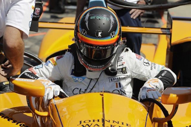 Fernando Alonso s'installe dans sa voiture pour les... (Photo Darron Cummings, Associated Press)