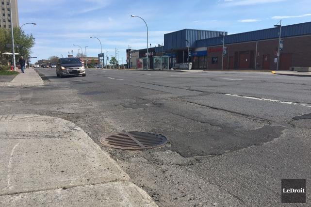 L'état de la chaussée du boulevard Saint-Joseph laisse... (Patrick Woodbury, Le Droit)