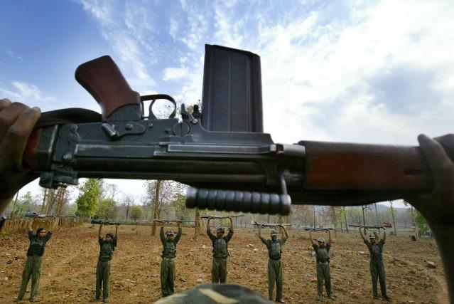 Des rebelles maoïstes du Chhattisgarh à l'entraînement.... (Photo archives AP)