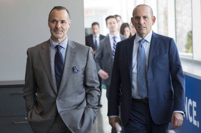 Joey Saputo et Don Garber... (Photo Paul Chiasson, La Presse Canadienne)