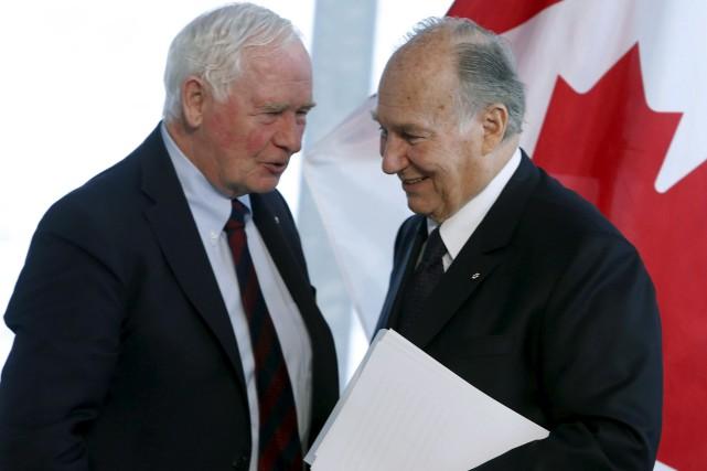Le gouverneur général, David Johnston (à gauche) en... (La Presse canadienne, Fred Chartrand)