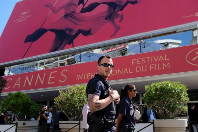 Des policiers patrouillent devant le Palais des festivals... (PHOTO ARCHIVES AFP)