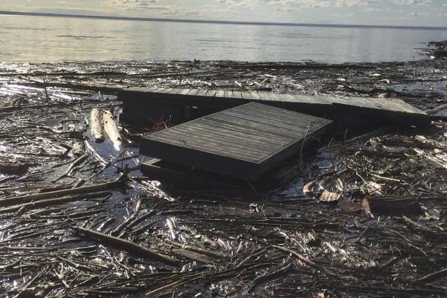 Des rives de Saint-Gédéon sont recouvertes de débris.... (Courtoisie)