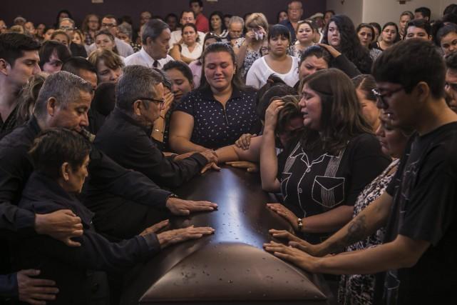 Famille et proches deJavier Valdez se recueillent sur... (PHOTO Rashide Frias, AP)