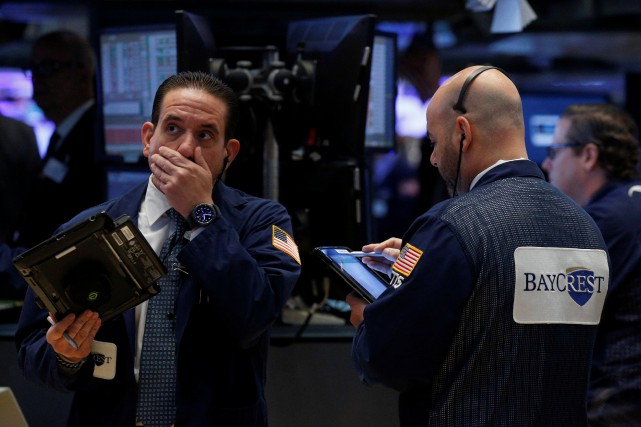 Le Dow Jones perdait 0,83% et le Nasdaq... (REUTERS)