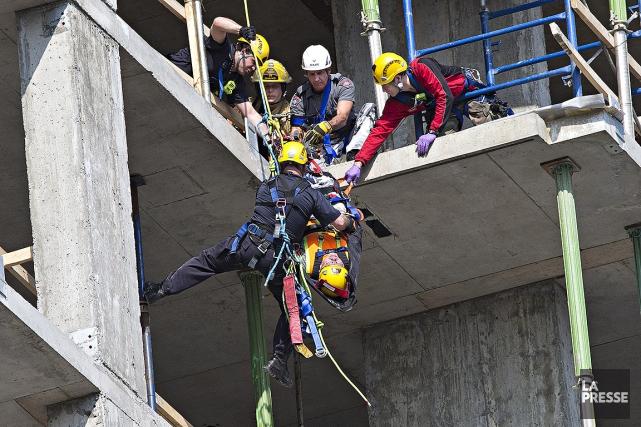 L'échelle mécanique des pompiers ne se rendant pas... (Patrick Sanfaçon, La Presse)