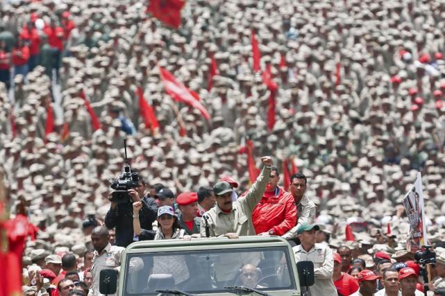 Nicolas Maduro salue ses troupes lors d'une cérémonie... (PHOTO AFP)