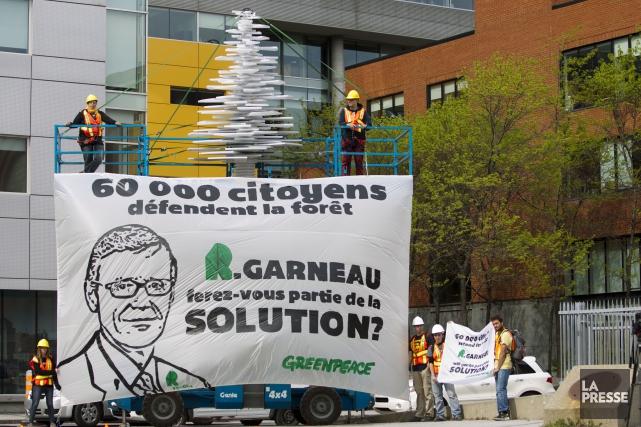 Manifestation de Greenpeace devant les locaux de Résolu... (Archives La Presse)