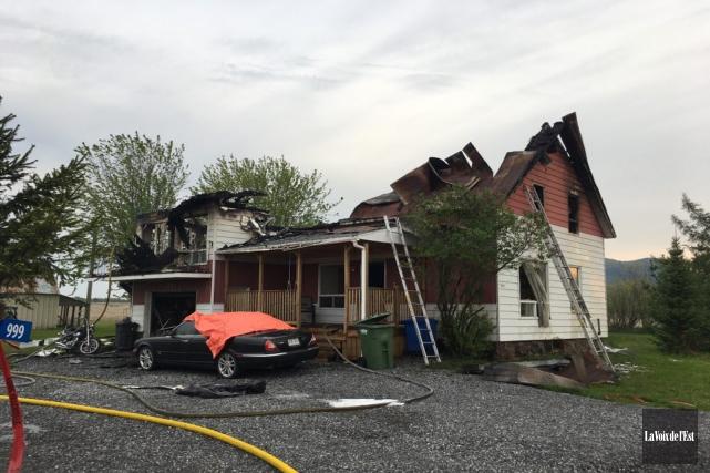 Un incendie a détruit une résidence de Sainte-Cécile-de-Milton.... (Julie Catudal, La Voix de l'Est)