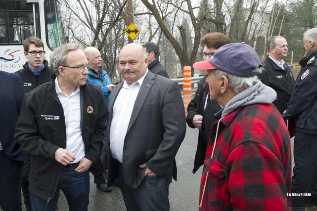 Le député de Saint-Maurice, Pierre Giguère (au centre),... (Sylvain Mayer, Le Nouvelliste)