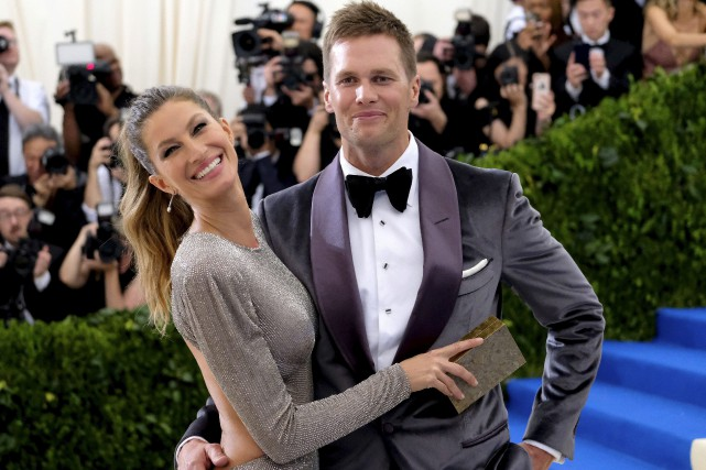Gisele Bundchen et Tom Brady lors d'un gala... (Archives AP, Charles Sykes)