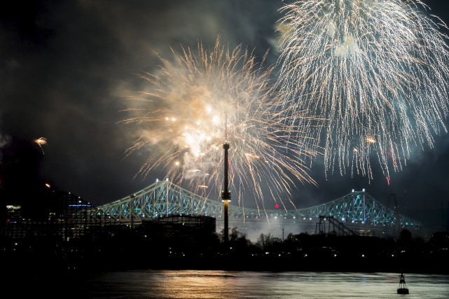 L'illumination du pont Jacques-Cartier a eu lieu mercredi... (La Presse canadienne)