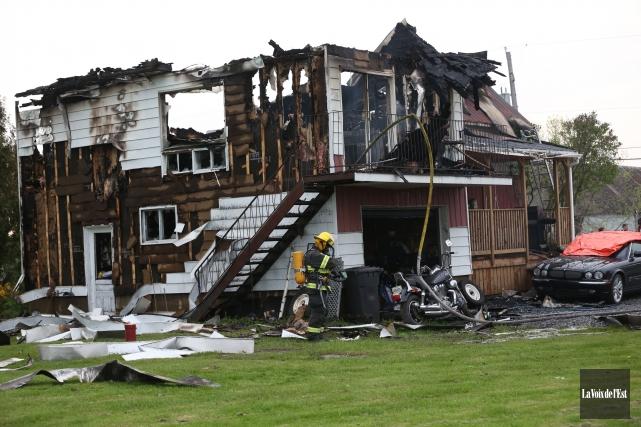 Une maison a été complètement détruite par un... (Julie Catudal, La Voix de l'Est)