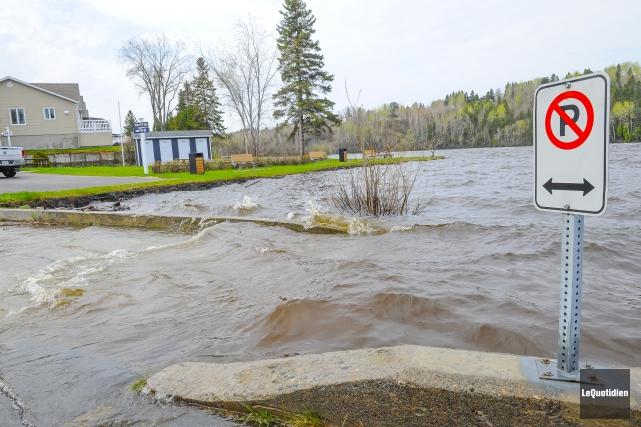 Le niveau de la rivière Petite décharge est... (Photo Le Quotidien, Gimmy Desbiens)