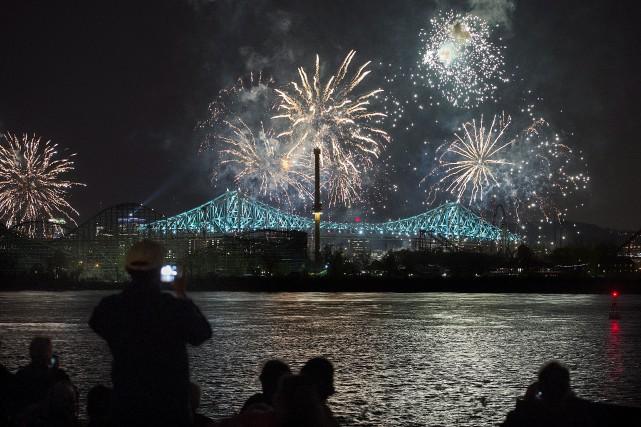 Le pont Jacques-Cartier brillait de tous ses feux... (La Presse Canadienne, Graham Hughes)