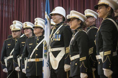 Un groupe honorifique de 14 policiers arborera le tout nouvel uniforme... (Spectre média, Frédéric Côté)
