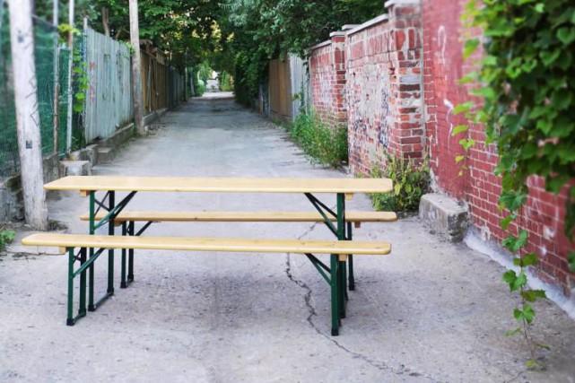 En Allemagne, ces longues tables en bois aux... (PHOTO FOURNIE PAR MONTRÉAL BEERGARDEN)