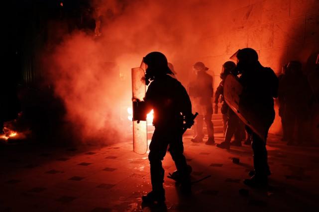 La police a riposté en tirant des gaz... (PHOTO AP)