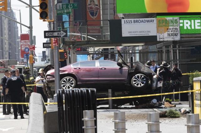 La voiture qui a foncé sur la foule... (AP)