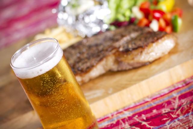 CHRONIQUE / Quoi de plus naturel que de cuisiner au barbecue et de boire une... (123RF)